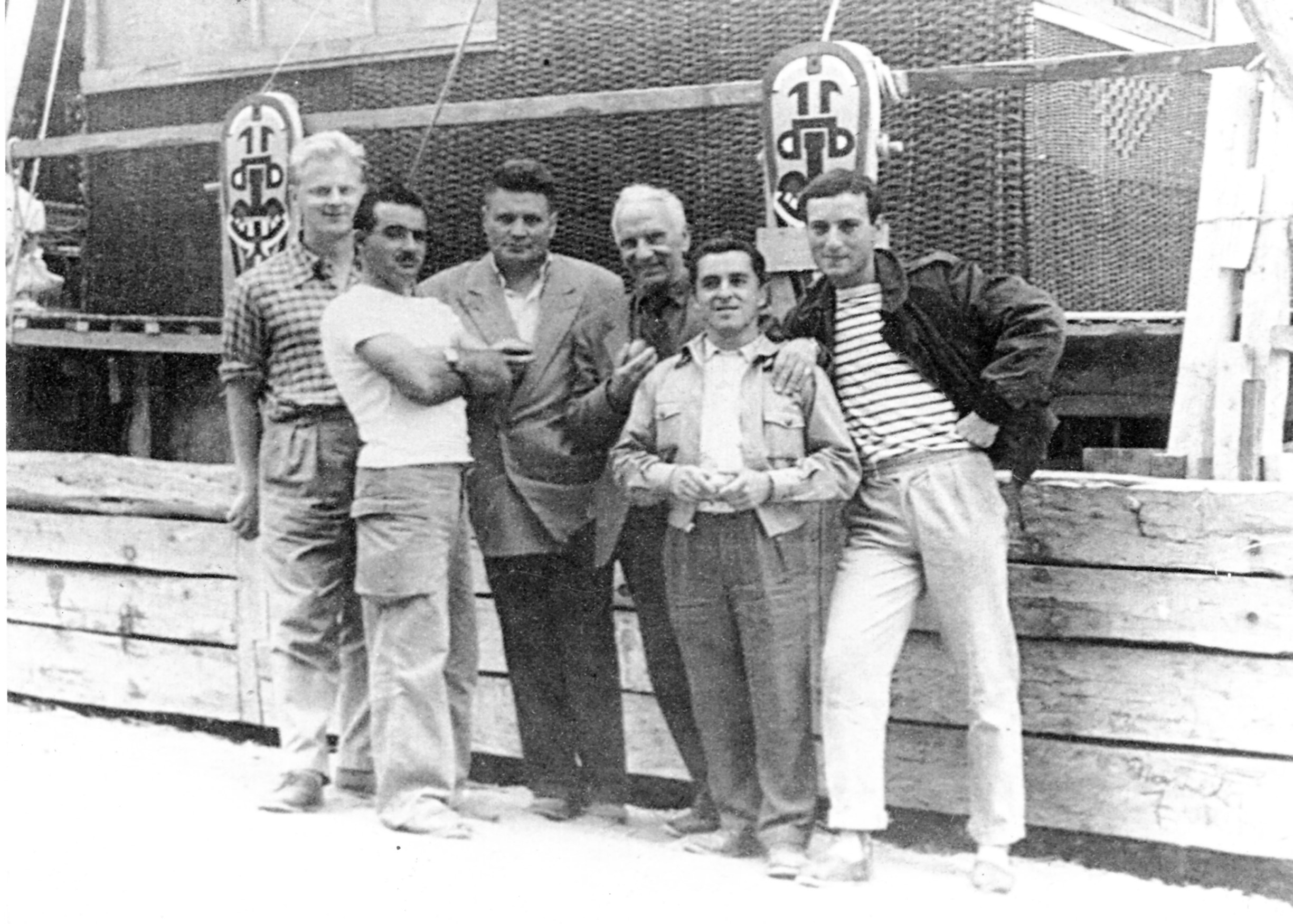 Photo de l'équipage au complet,  du Tahiti Nui 2, à Constitucion (Chile) et prise  la veille du grand départ, en février 1958. De gauche à droite : Hans Fisher, Alain Brun, Horation Blanco, un ami chilien, Éric de Bisschop, Juanito Bugueño et Jean Pellissier.