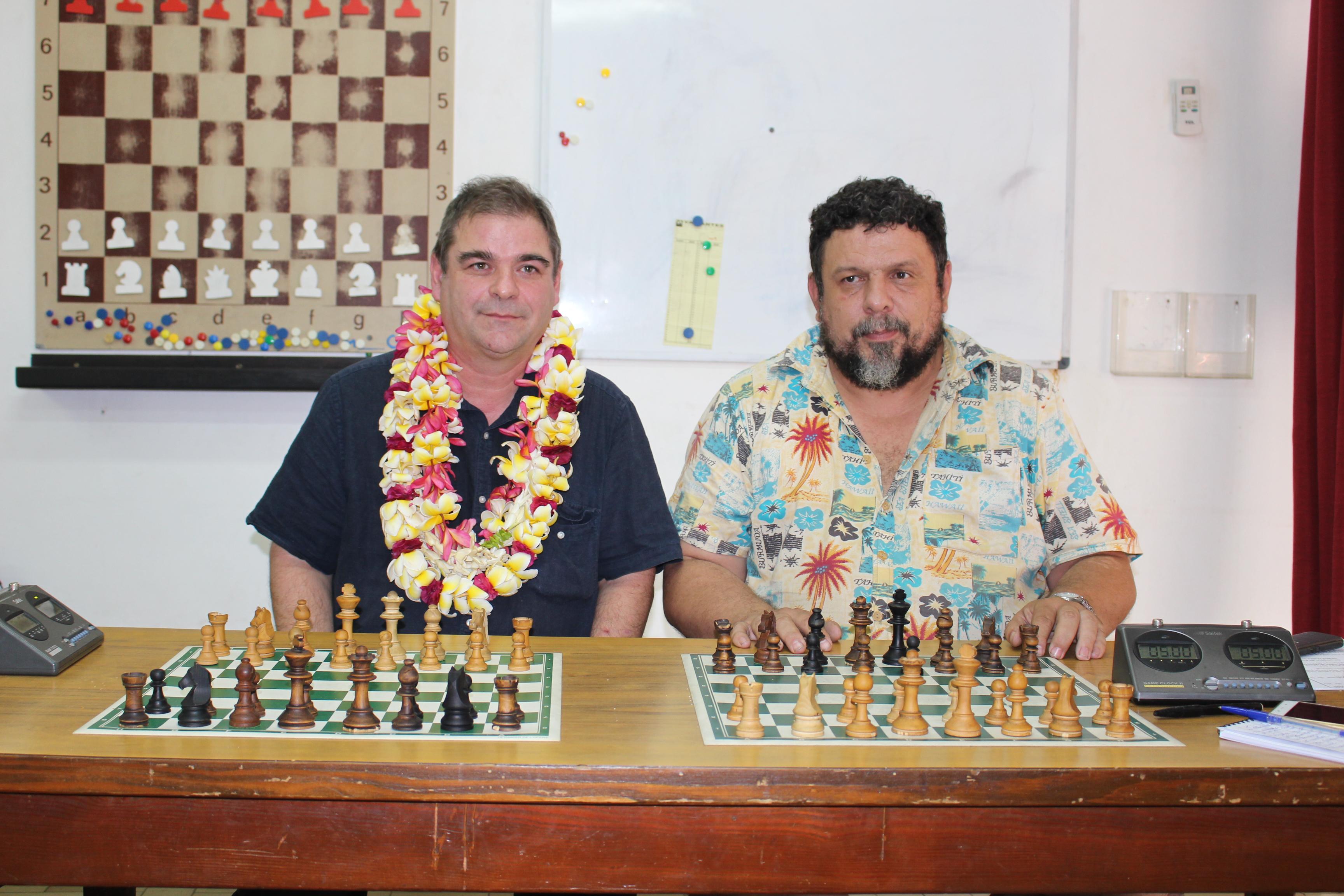 : Emmanuel Bricard, grand maître international français du jeu d'échec et Jean-Pierre Cayrou, responsable du club local du jeu.