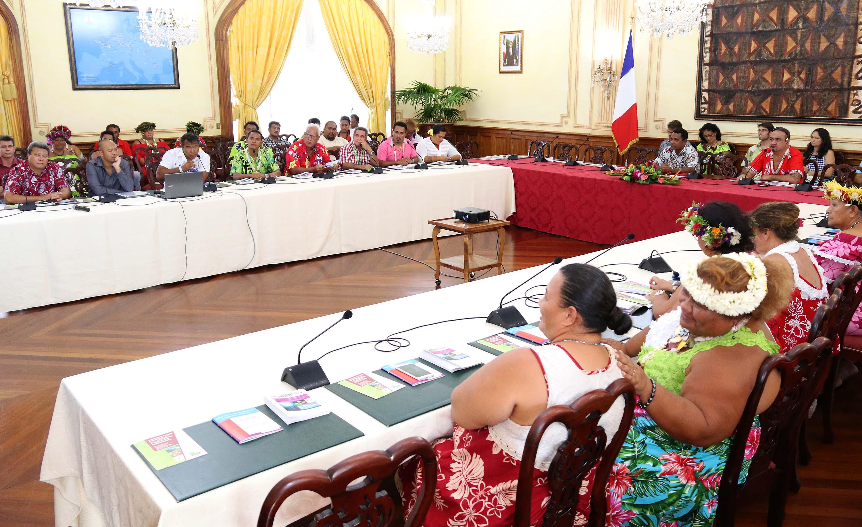 Tearii Alpha présente les dispositifs mis en place par son ministère aux maires des Tuamotu-Gambier