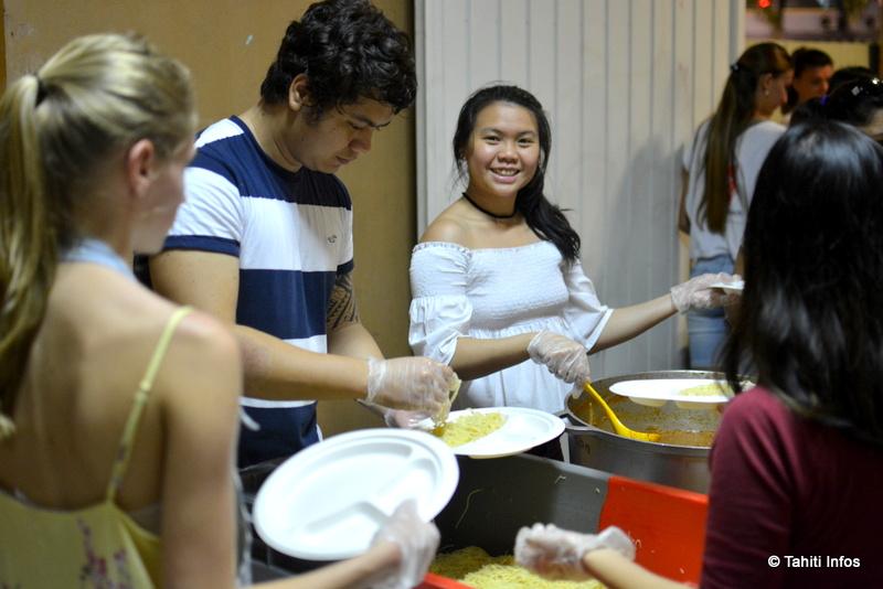 Des étudiants préparent le repas des sans-abris de Papeete