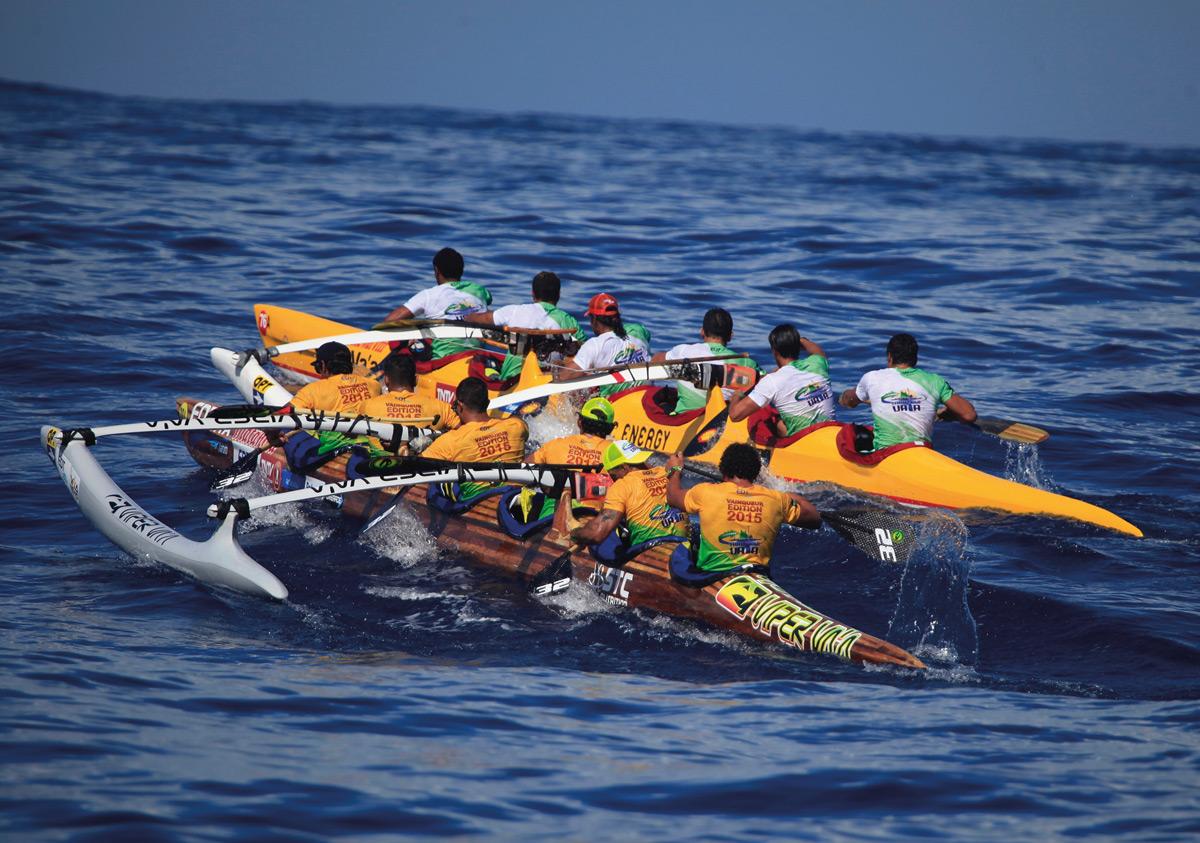 Duel historique en 2016 des équipes Shell et EDT Va'a dans le lagon de Bora Bora au terme de la cours Hawaiki nui Va'a