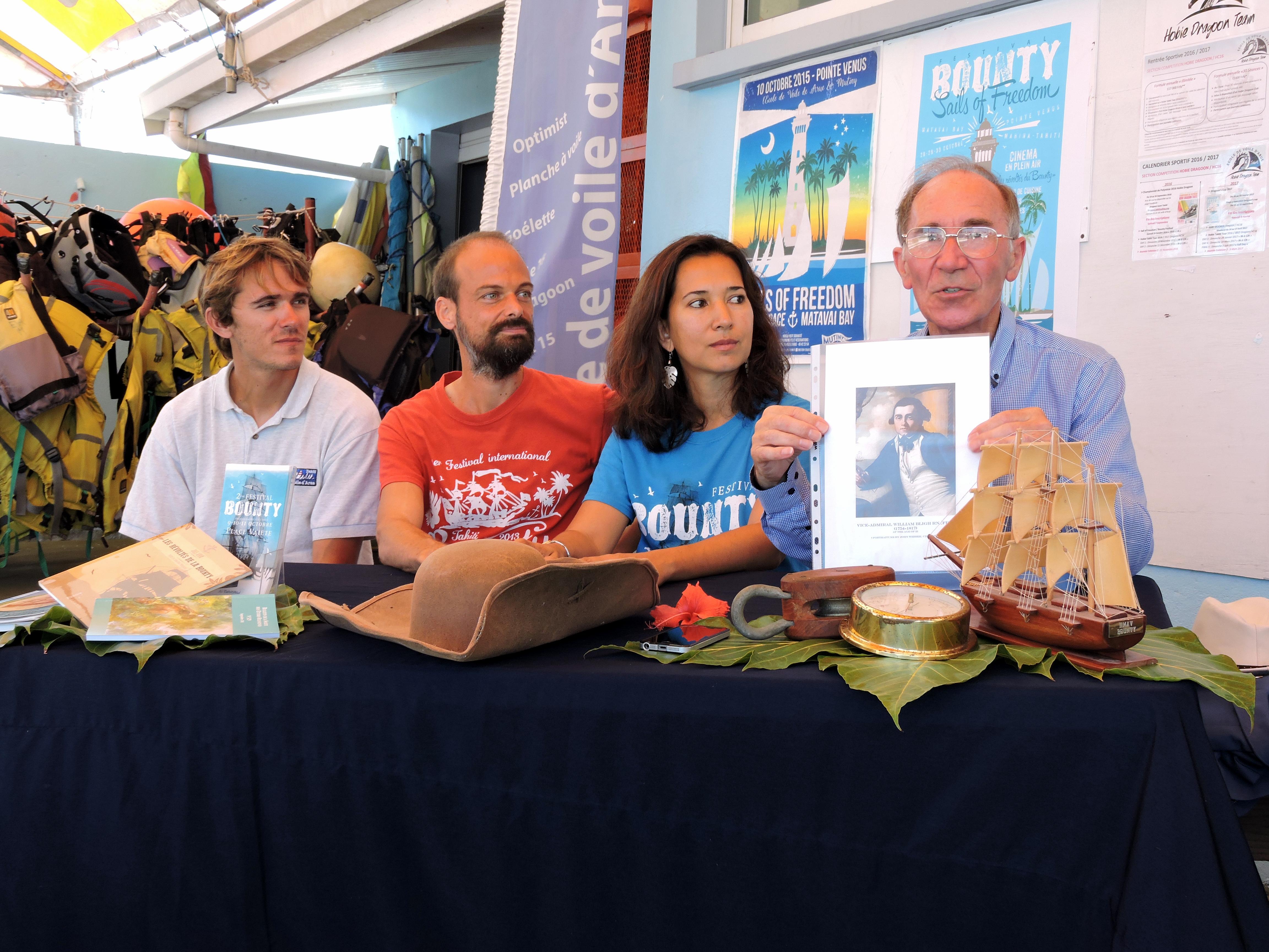 Thérèse et Beni hubert présentent le programme d'un festival en compagnie du descendant du capitaine Bligh (à droite).