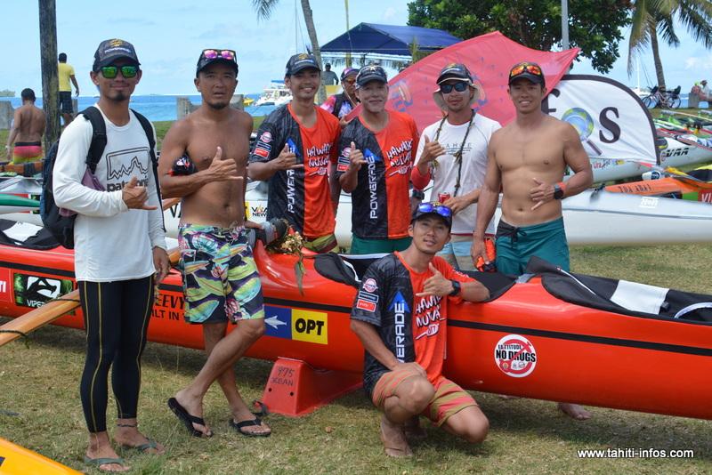 L'équipe Ocean Va'a Japan, avec sa pirogue
