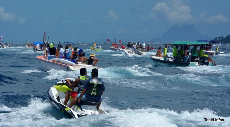 Les pirogues se font la course, tout comme l'armada de bateaux qui les entoure dans le lagon entre Raiatea et Taha'a.