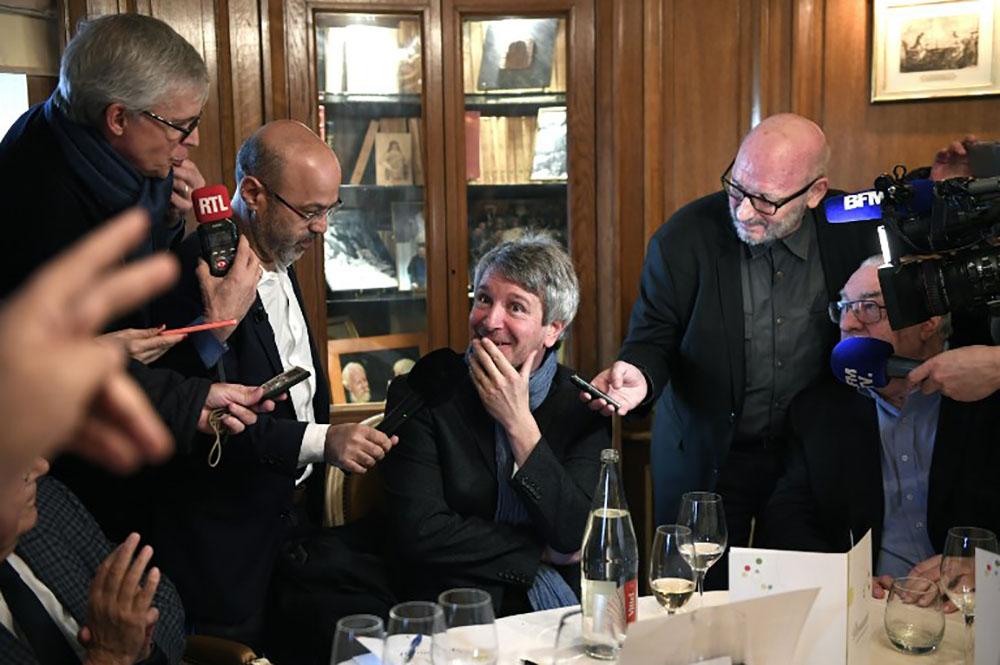 Eric Vuillard remporte le prix Goncourt, Olivier Guez le Renaudot