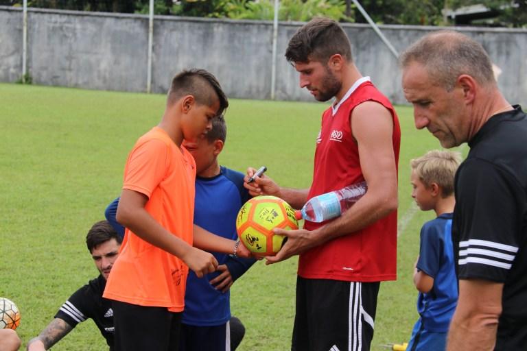Les joueurs du RAF se sont rendus disponibles pour les jeunes de l'école de foot de l'AS Vénus ©/K/FTF