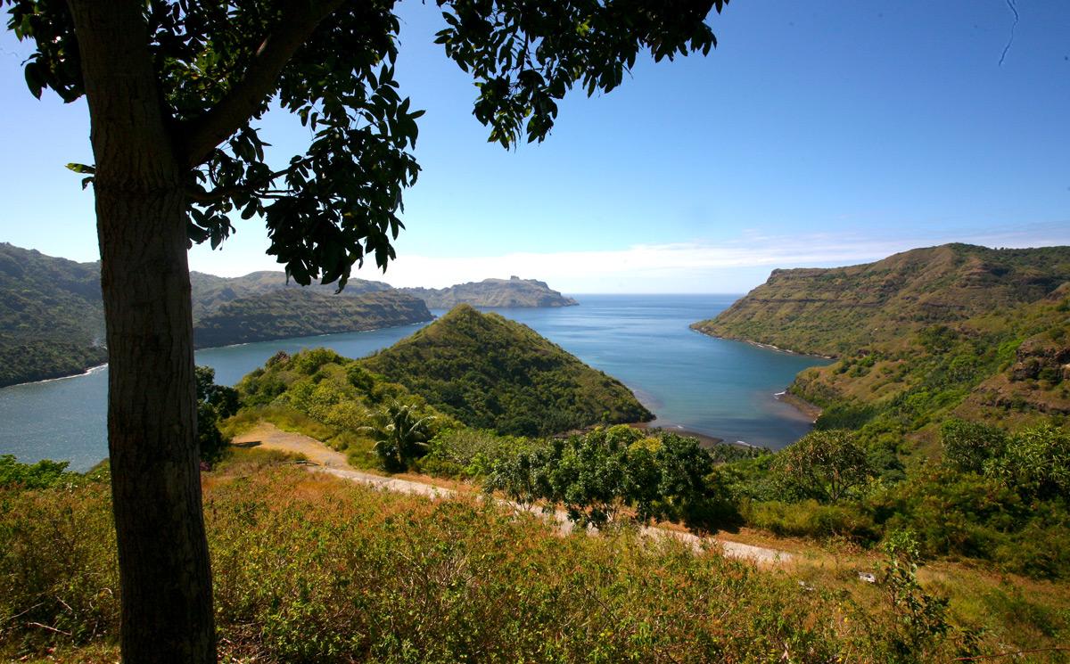 Une vue partielle de la baie du Contrôleur au fond de laquelle se trouve Taipivai, bien abritée.