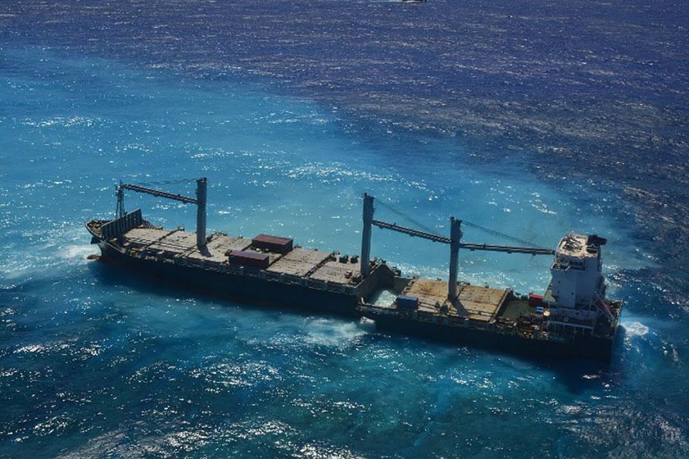 Un porte-conteneurs échoué depuis 4 mois en N-Calédonie s'est brisé en deux