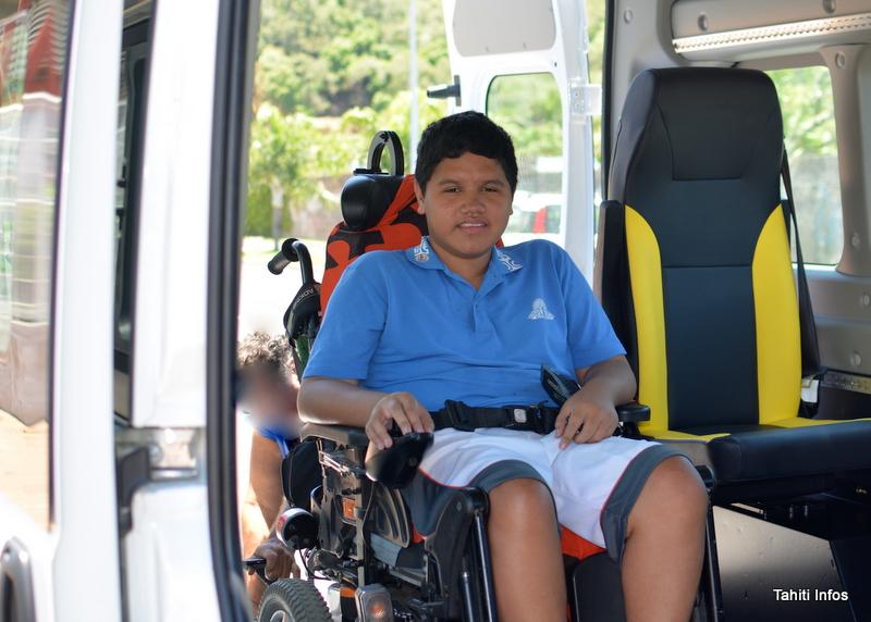 Teiva utilise le mini-bus adapté de la fraternité chrétienne pour rentrer chez lui le soir. Le véhicule n'est malheureusement pas disponible le matin.