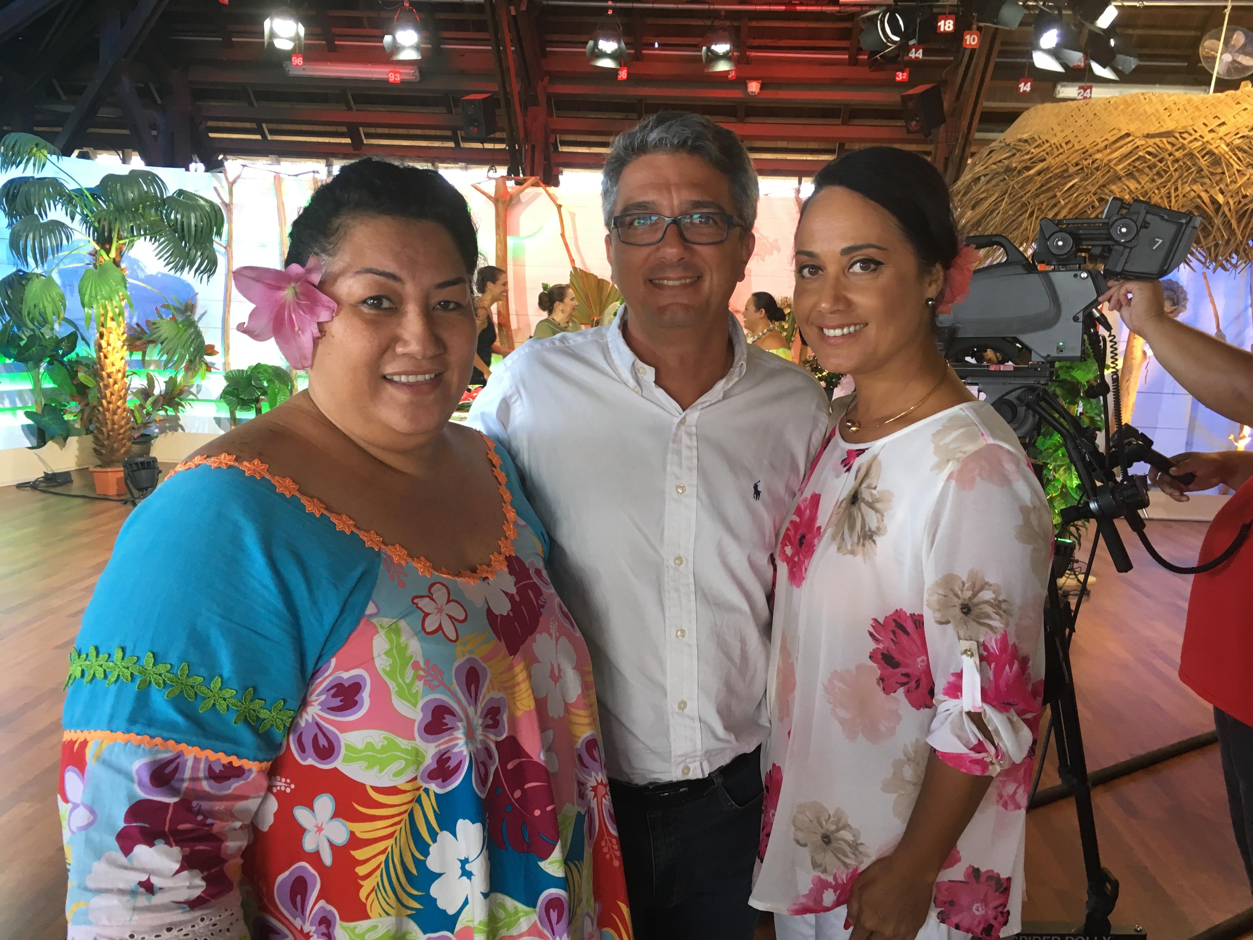 Jean-Philippe Lemée entouré de Noëlla Tau directrice de Polynésie 1ère radio, et de Stella Taaroaema qui lui succède par interim
