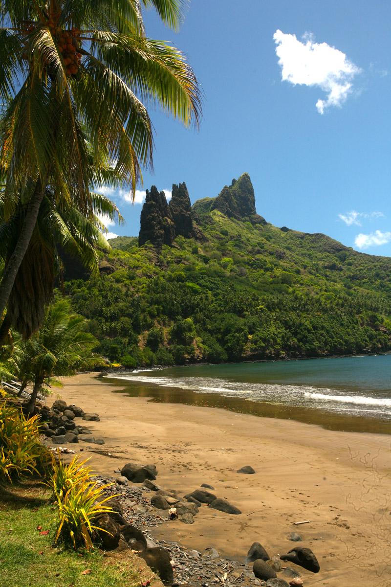 La plage de Hatiheu dominée par les pics Te Heu
