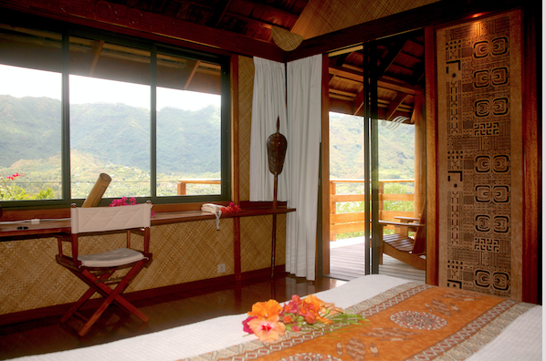 Une chambre du Keikahanui Pearl lodge, dominant la baie de Taiohae.