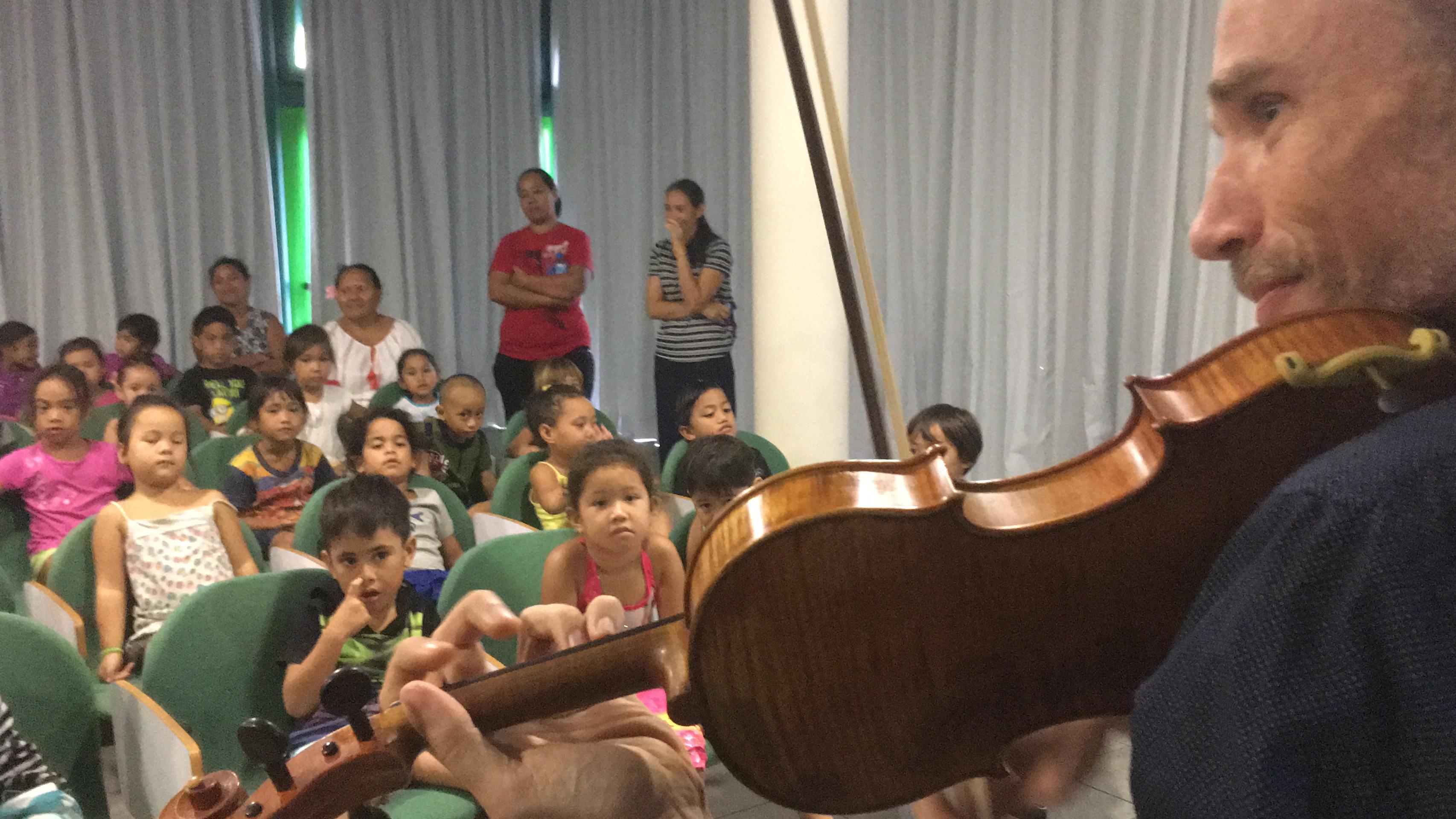 Les enfants ont découvert l'univers merveilleux de la musique.
