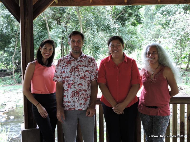 Wendy Mou Kui, directrice régionale de l'Adie, une bénévole de l'Adie, Benoît Burguin, directeur génréal de la Polynésienne des eaux et son équipe.