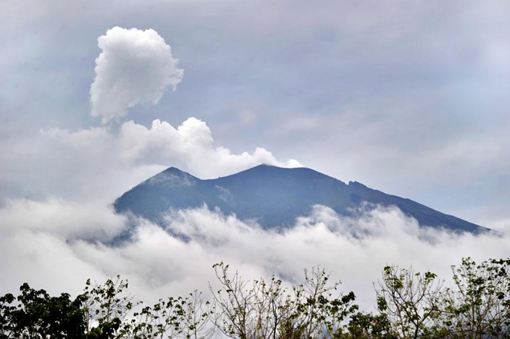 Craintes d'éruption d'un volcan à Bali: des milliers d'habitants fuient