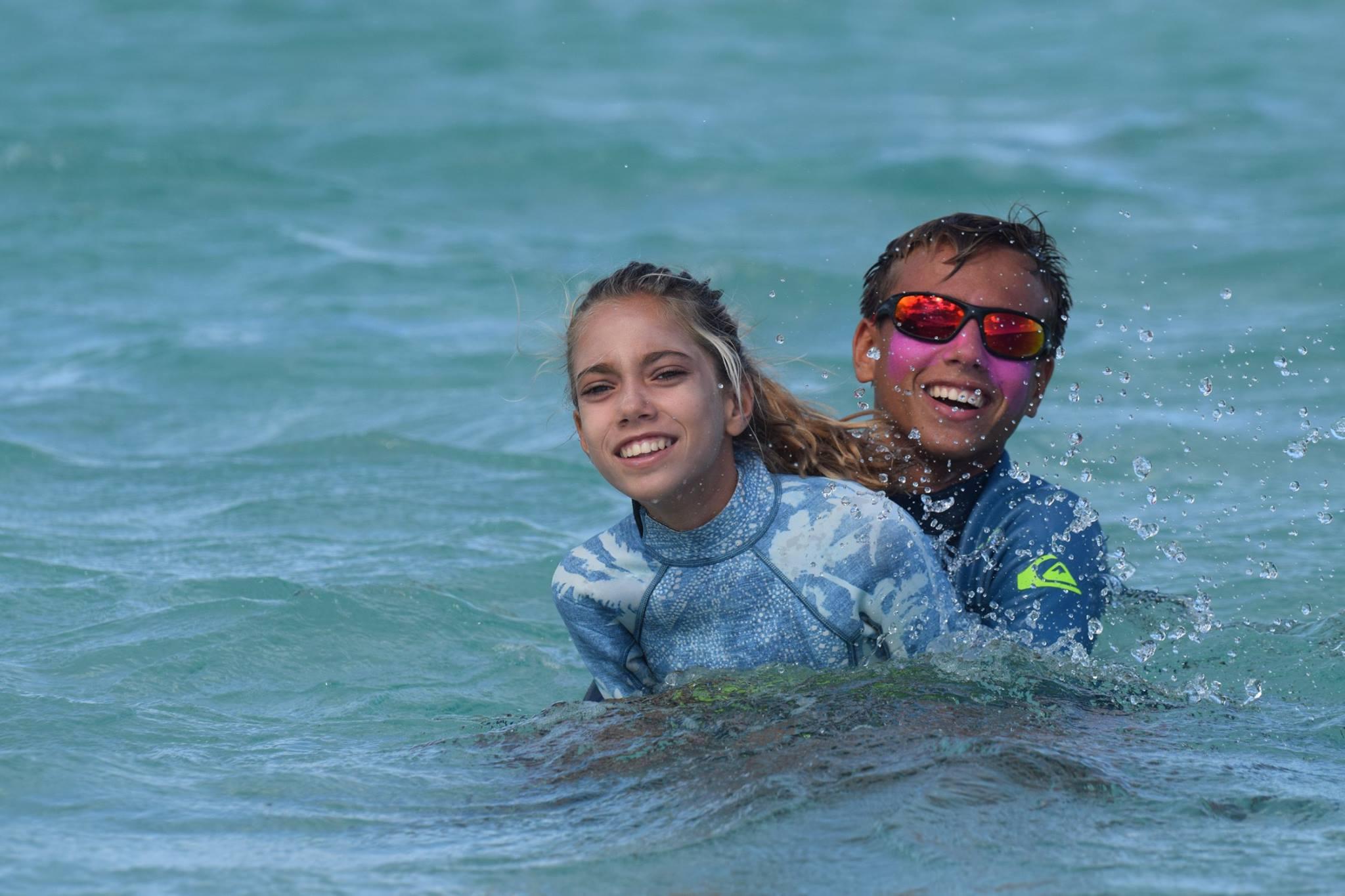 Avec sa sœur Aelan, également championne de surf
