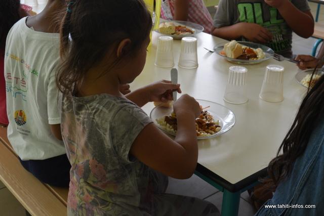 Les repas des écoles de Papeete sont préparés, depuis lundi, par les cuisines centrales des communes avoisinantes. Ici, dans une école de Titioro, on retrouve au menu, du bœuf bourguignon préparé par la cuisine centrale de Faa'a.