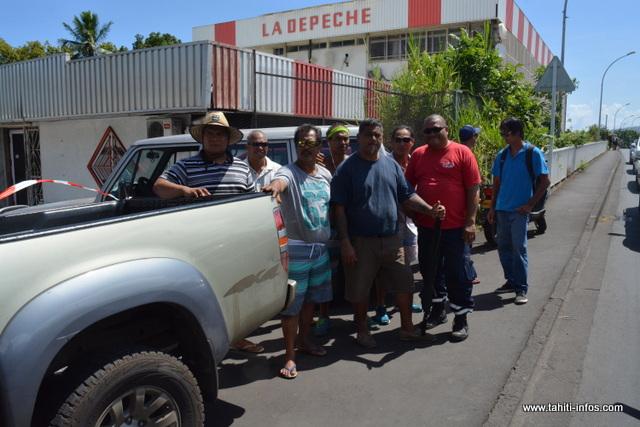 Les grévistes de la Dépêche de Tahiti filtrent l'entrée.
