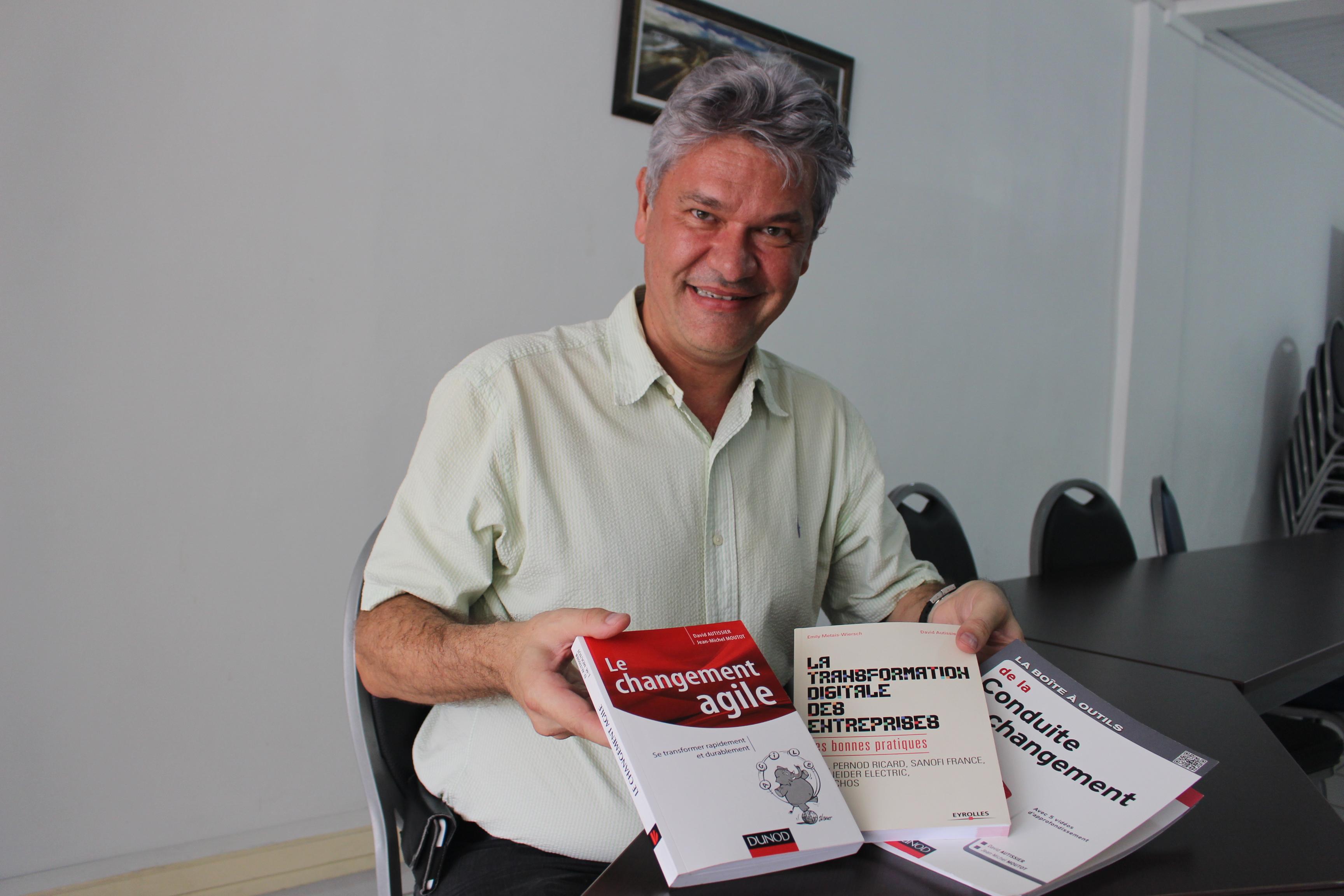 Alain Dusart de Anuanua Formation fait venir l'expert David Autissier pour animer une semaine de formation sur le changement et l'innovation managériale. Ce dernier est l'auteur de nombreux ouvrages sur le sujet.