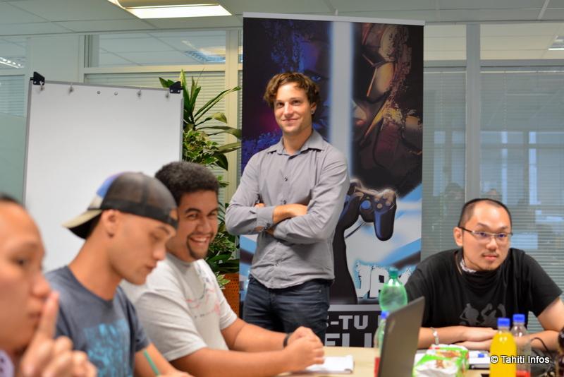 Léon Dupuis entouré d'une équipe d'élèves polynésiens