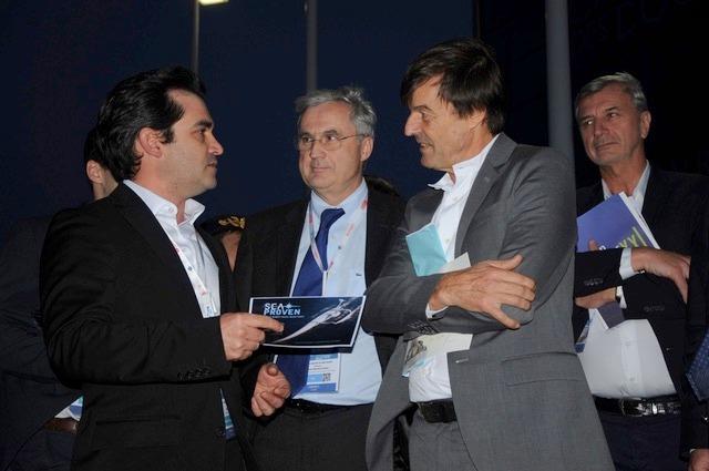 Le projet de drone inspiré du va'a séduit largement. Sur cette photo voyez Fabien Burigniot de Varenne, CEO de Seaproven, accompagné de Frédéric Moncany de Saint-Aignan, président  du cluster maritime français, et de Nicolas Hulot, le ministre de la transition énergétique.