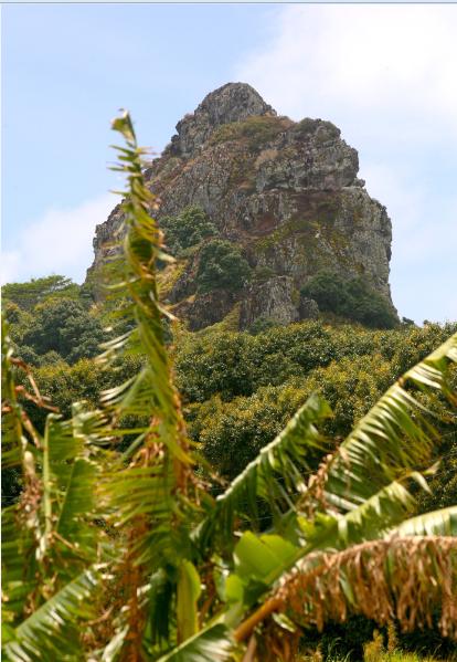L'île a la réputation d'être sans grand relief ; certes, le mont Taitaa ne culmine qu'à 422m, mais les formations volcaniques comme ce neck permettent de belles grimpettes.