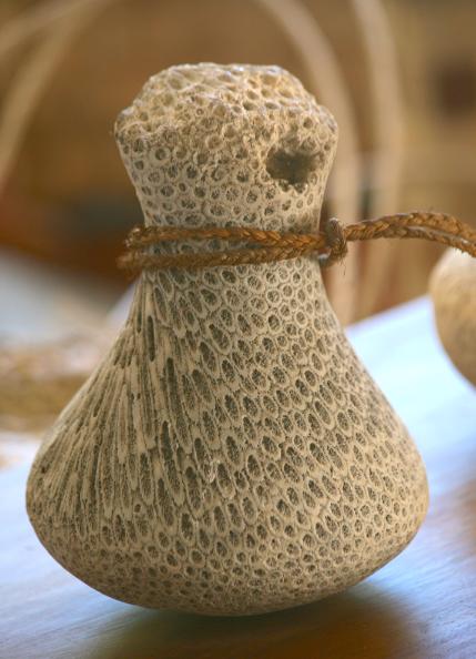 Magnifique penu ancien taillé dans du corail, une spécificité des Australes.
