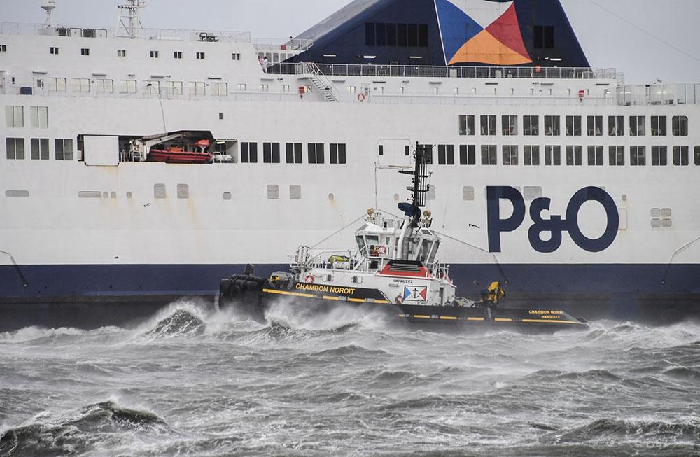 Calais: un ferry échoué dans le port, les passagers rembarqués pour Douvres
