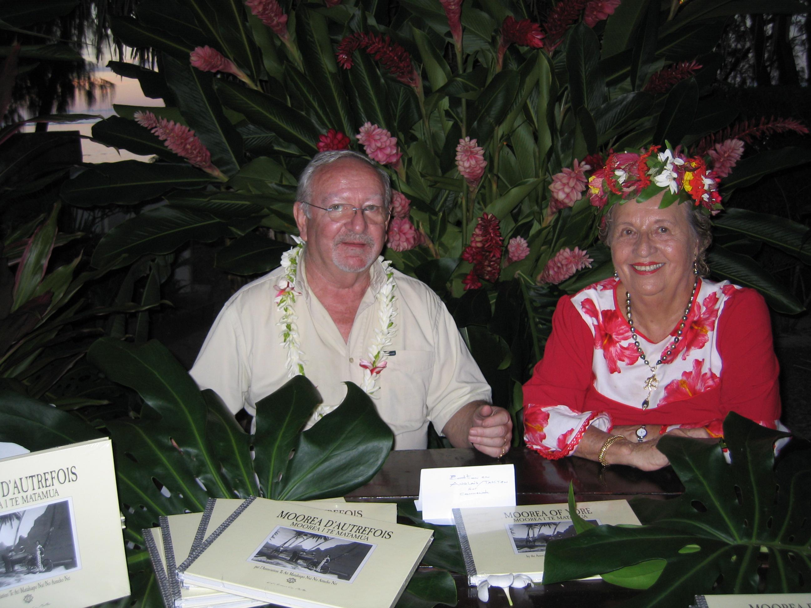 """Emmanuel Deschamps et Christa Teitotu décédée il y a quelques mois, à l'occasion de la sortie du livre de l'association des matahiapo de Moorea, """"Moorea d'autrefois""""."""