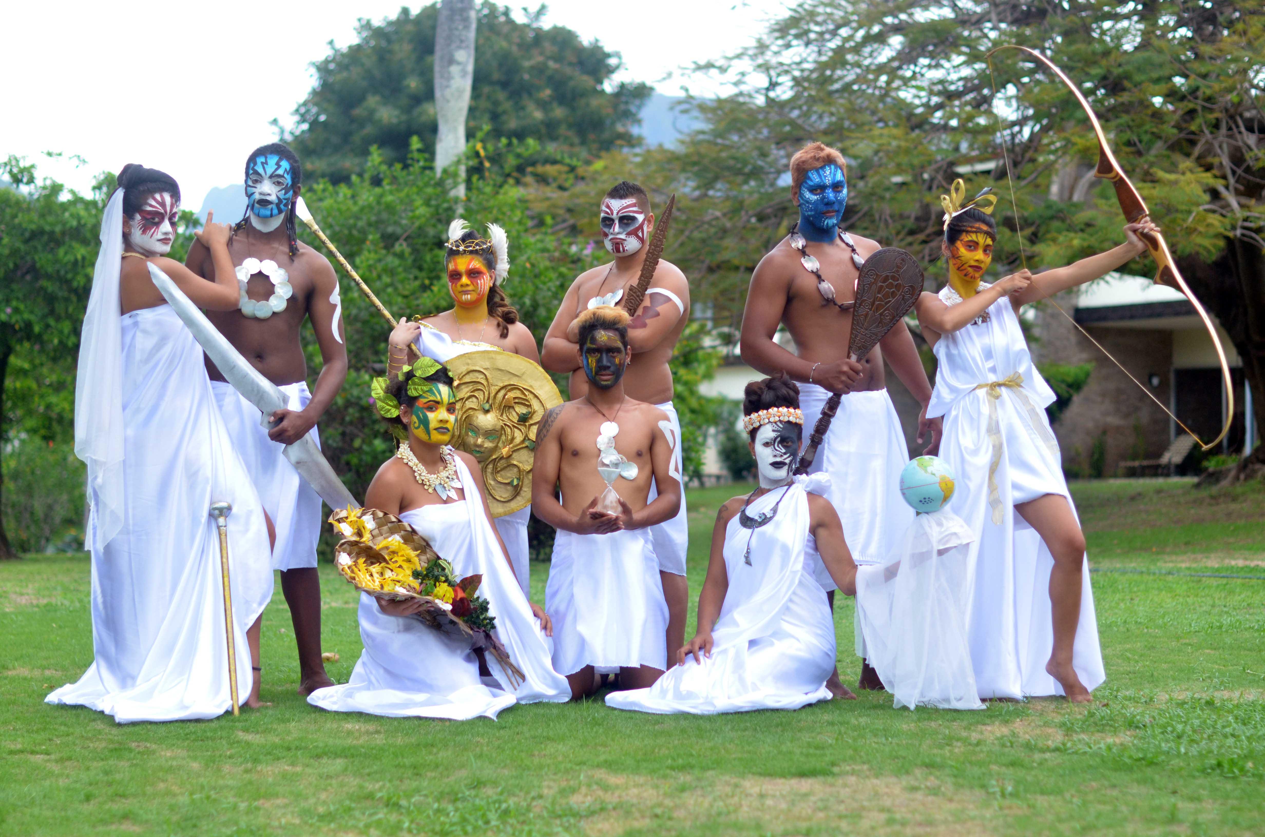 Tepoe, Tamatoa, Yacinthe, Ravahere, Jean, Hinarii, Tuanaki, Mayerline, Rea et Julien représentent les Dieux  de l'Olympe version Pirae.
