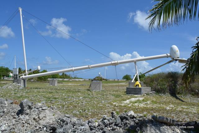 Six éoliennes de la SEM Te mau ito api couchées, voilà le spectacle auquel ont droit les visiteurs de Makemo.