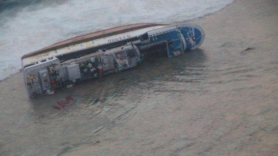 Depuis maintenant cinq semaines, l'épave du Sheng Long Yu n°21, gît sur le flanc, abandonnée sur le récif de Marutea Nord.