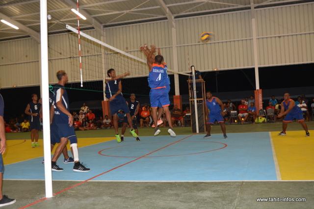 En volley-ball, les équipes qualifiées pour les phases finales hommes et femmes étaient Arutua et Rangiroa. Chez les dames, la médaille d'or a été décrochée par Rangiroa, alors que pour les messieurs, c'est Arutua qui a pris la tête du classement.