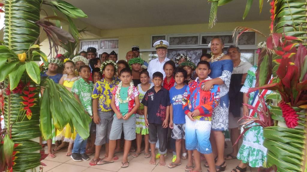 Photo avec les élèves de primaire qui ont interprété l'hymne national et celui de la Polynésie française.