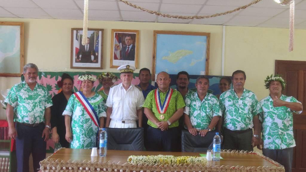 Patrick Naudin avec les membres du conseil municipal de Raivavae et les cadres de la commune.
