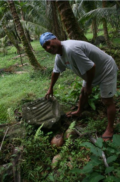 Dans la cocoteraie au-dessus de Iipona, les vestiges anciens sont très nombreux ; ici une pierre à aiguiser les herminettes.