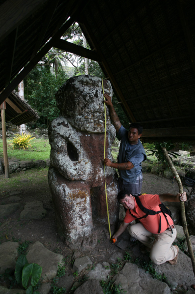 Au retour, nous avons mesuré Takaii, le géant de Iipona : 255 cm, mais une partie de sa base serait enterrée.