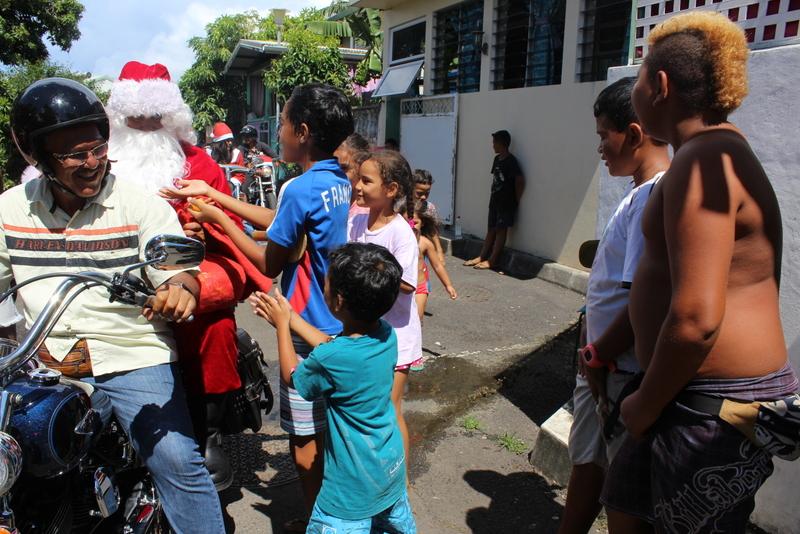 Le Père Noël est passé en moto distribuer des bonbons dans les différents quartiers défavorisés de Papeete.