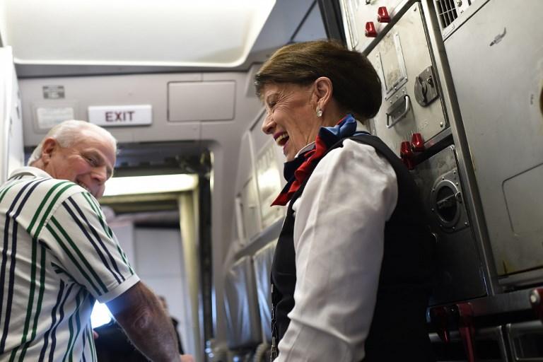 Une hôtesse de l'air suspend le vol du temps