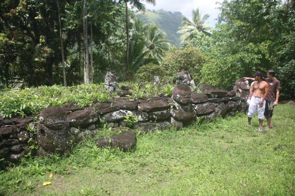 Les Marquisiens de Taipivai sont fiers de ces vestiges, mais l'entretien du site doit être permanent au cœur de la masse végétale qui l'entoure.