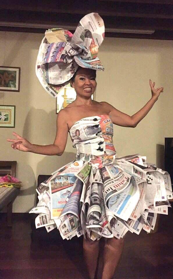 Lorsque le journal Tahiti Infos inspire les artistes… Merci à Juju De Tahiti qui a réalisé cette magnifique robe éphémère. Un bel exemple de recyclage.