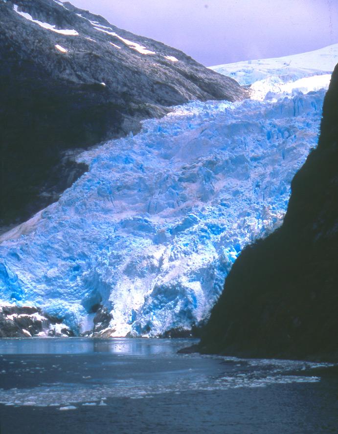 Tout le long du canal de Beagle, d'énormes masses de glaces descendent de la Cordillère de Darwin pour se fondre à l'eau salée.