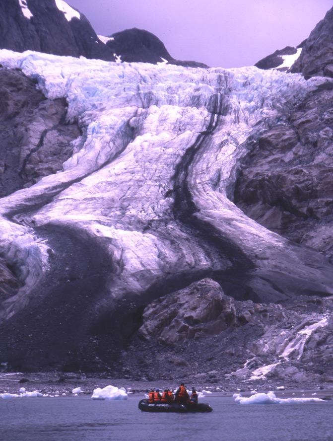 """Exploration d'une langue glaciaire à bord des pneumatiques du """"Stella  Australis""""."""