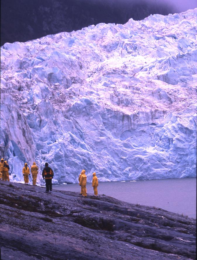 Au fond du fjord Pia, le glacier du même nom. Le spectacle des effondrements de blocs de glace est guetté par les touristes.