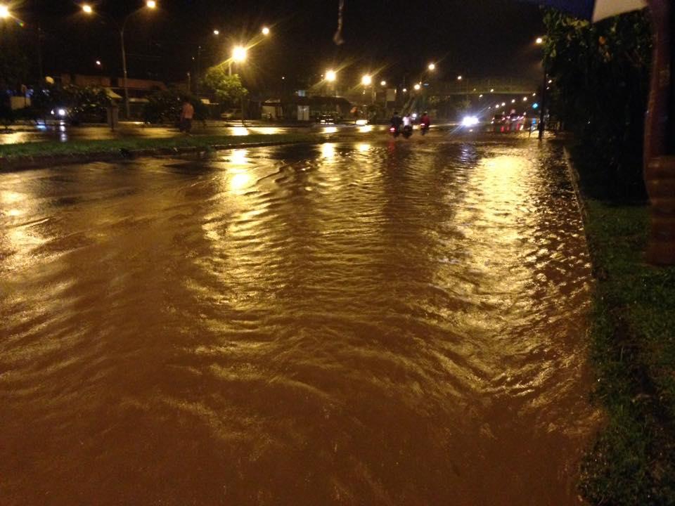 Par endroit, les rues se transforment en rivières, rendant la circulation particulièrement dangereuse.