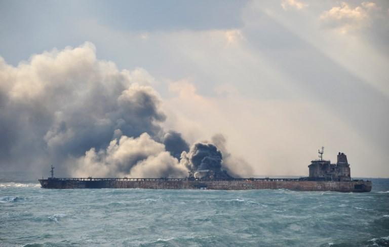 Pétrolier en feu: marée noire écartée, selon les autorités chinoises