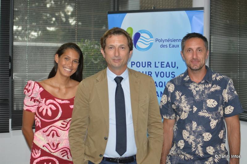 Bertrand Camus, directeur général Eau pour la France et l'Europe du groupe Suez, au premier plan. Derrière lui l'équipe locale, avec Mehiata Riaria, chargée de communication, et Benoît Burgin, directeur de la Polynésienne des Eaux.