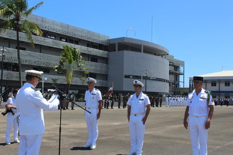 Le contre-amiral Denis Bertrand a remis des lettres de félicitations et témoignages de satisfaction à trois militaires lors de la cérémonie d'inauguration du nouveau bâtiment du Comsup.