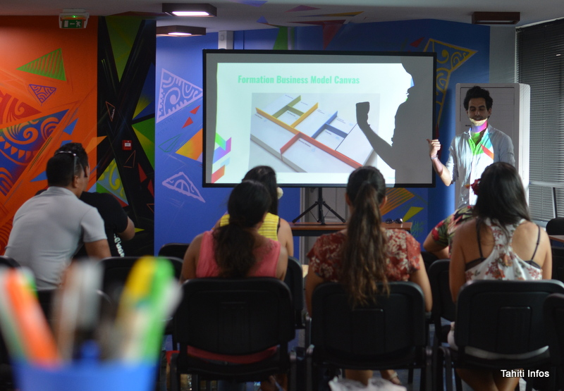 Julien De Sousa, responsable du PRISM, en train d'expliquer les différents types de modèles d'entreprises aux porteurs de projets qui souhaitent intégrer l'incubateur.