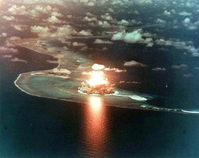 Un tir nucléaire atmosphérique en Polynésie française : il y a eu au total 46 essais nucléaires aériens et 147 essais souterrains entre 1966 et 1996.